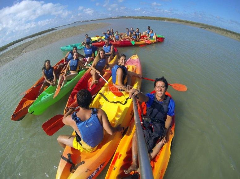 En los kayaks en aguas