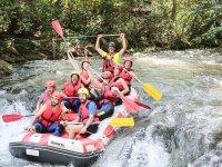 Bajando el rio en la balsa de rafting