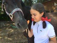 Joven amazona con el caballo negro