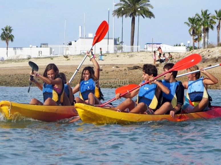 Grupo montando en kayak en Sancti Petri