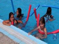 En la piscina con los corchos