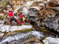 Asegurandose para continuar en el rio