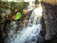 Bajando contra la fuerza de la cascada