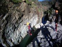Salto al cauce del rio