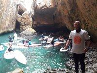Monitor con grupo de kayaks en cala