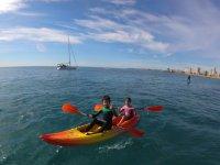 Ninos en curso de iniciacion de kayak