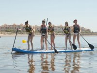 Chicas en tabla gigante de sup