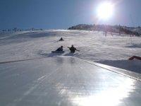 雪地里的滑雪板