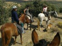 Montando a caballo en la serrania