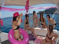 不缺...跳舞乐趣在船上板