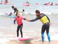 Alumna junto al monitor de surf