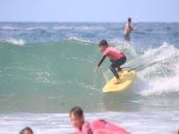 Alumnos surfeando