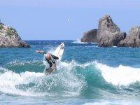 Cayendo al agua desde la tabla de surf