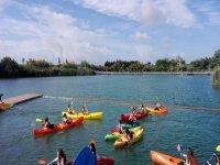 practicando kayak en grupo