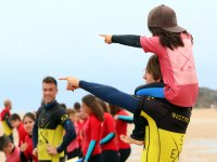Con la pequeña surfeer a hombros