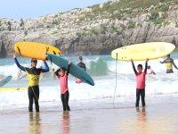 Saliendo del mar con las tablas de surf