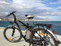 con la bici al lado del mar