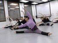 学生练舞准备