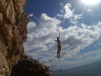 Saltando desde el acantilado