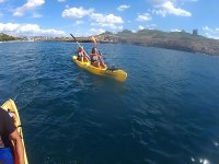 Chicas en kayak amarillo