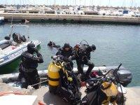 在海里进行水肺潜水