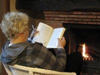 Leyendo frente a la chimenea