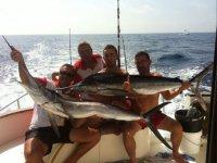 Sosteniendo peces espada