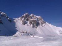Deslízate por la ladera de una montaña nevada