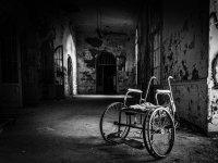 Sedia a rotelle abbandonata