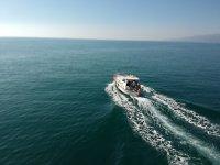 沿着多拉达海岸 (Costa Dorada) 在经典的 Llaüt 中航行