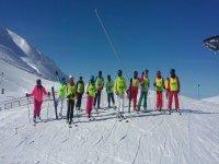 Listos para esquiar en la pista