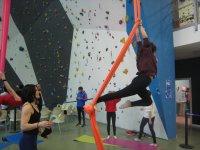Nina en tela acrobatica