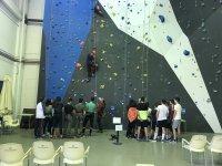 Profesor escalando con cuerda