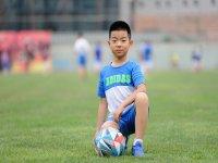 Nino con pelota posando