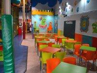 Escenario frente a las mesas infantiles