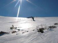 在车站滑雪