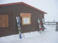 在El Corredero练习滑雪和单板滑雪
