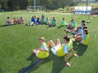 Sentados sobre el cesped del campo de futbol