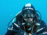 Submarinista comunicandose con las manos bajo el agua