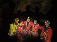 Grupo de aventuras en la cueva
