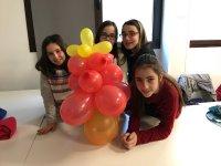 女孩周围的气球