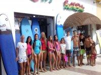 Alumnos de la escuela de surf en la Costa del Sol