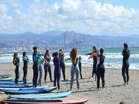 Estiramientos previos a la clase de surf