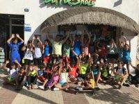 Alumnos del programa de surf de verano