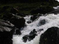 aguas bravas entre las rocas
