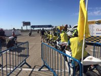 Pilotos con chaleco amarillo antes de salir a pista