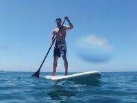 Chico haciendo paddle surf