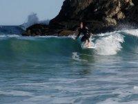 Cogiendo olas con el SUP
