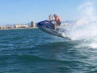 乘坐船只的海岸灵魂摩托艇