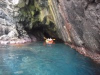 Entrando en la cueva con el kayak